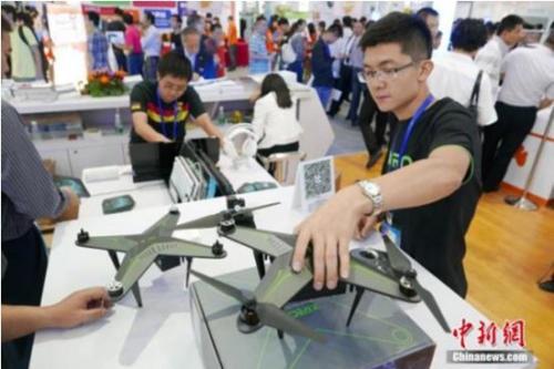 资料图:第十七届中国国际高新技术成果交易会上,多款无人机暨飞行器炫酷展示。中新社记者 陈文 摄