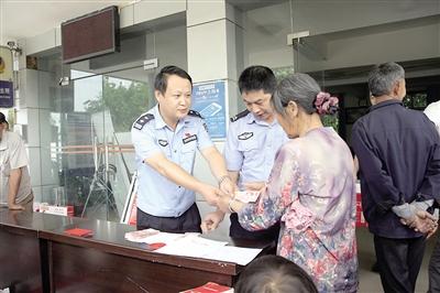 5月25日,临江派出所联合临江镇政府共同将缴获的赃款悉数退还给村民。