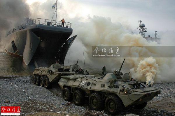 资料图:俄太平洋舰队下辖的海军陆战队装备的BTR80装甲输送车正在进行登陆作战训练。