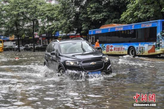 广州市区突发狂风暴雨并伴有强雷电