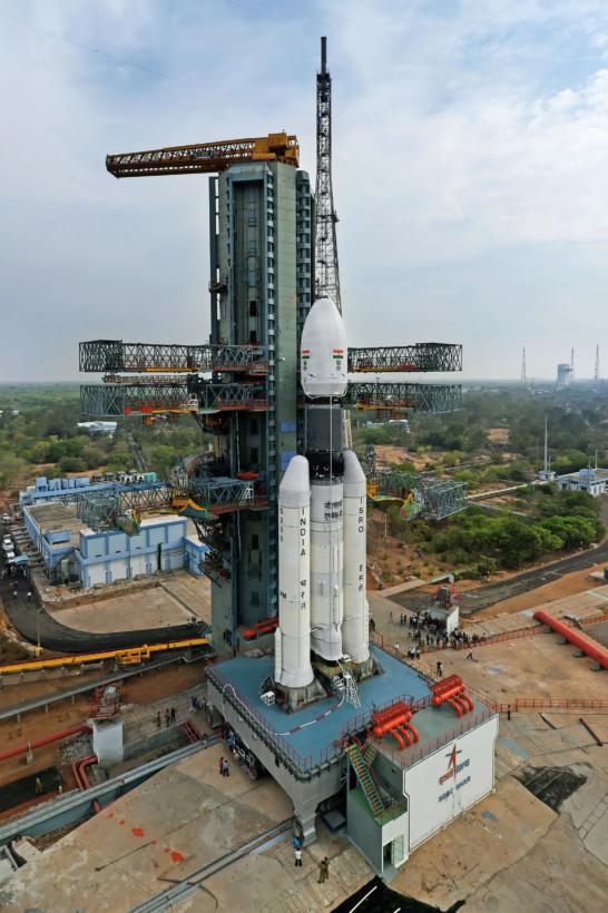 GSLV MK-III重约640吨,并拥有更大的低温发动机。它所搭载的GSAT-19卫星重约3.2吨,该卫星据称是印度火箭历来所发射过的卫星中,最重的一颗。如果发射计划成功,印度在航天技术的排名将提升至美国和中国等少数航空精英国之列,能够将如此大重量的卫星发射升空。根据印度空间组织官员称,GSAT-19卫星是多波束卫星,可服役15年。在大气飞行阶段,该火箭将面临各种压力。 GSLVMarkIII火箭的固体助推器质量为200吨,长25米,仅次于美国航天飞机的助推器(燃料质量440吨、长37.