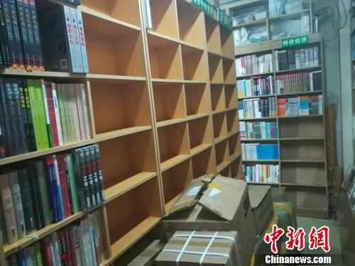野草书店内空着的书架.上官云 摄-两家书店将 暂别 北大 为何它们的