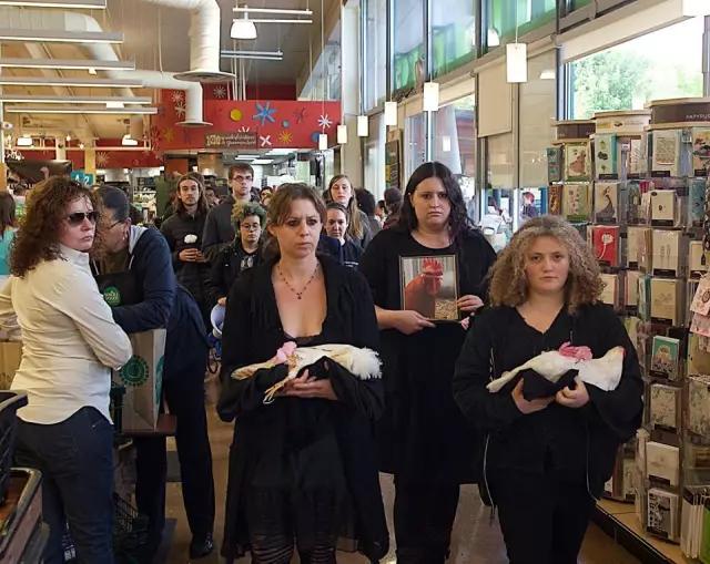 动保人士在超市为母鸡举行葬礼