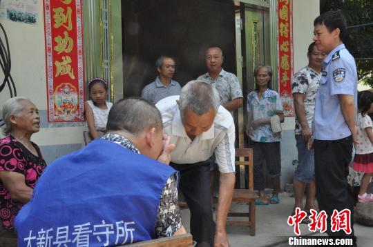 面对受害老人,嫌犯吕某华不断落泪道歉。 卢华宇 摄