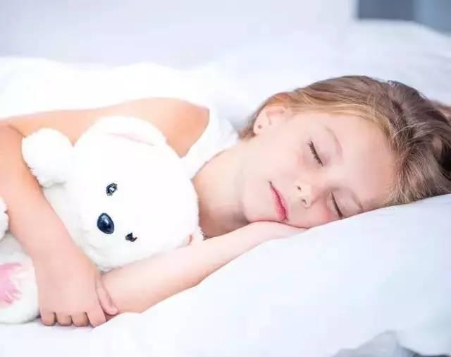 2、抵抗力变差   人体在睡眠状态下时,各个器官开始修复,免疫力也会得到提高。相反,如果孩子长期晚睡,免疫力下降,必然容易受病毒、细菌的侵袭,容易生病。   3、影响身心健康   现在孩子的学业都很重,作业多的时候,可能要熬夜到半夜才能写完,而晚睡会刺激压力荷尔蒙的分泌,抑制生长激素活动,并影响脑下垂体对性荷尔蒙的正常调节,进而影响到发育。   曾经听一个经常熬夜的朋友说过:我从初中到现在,都快十年了,没有一天不晚睡,这是我从小形成的习惯。所以现在成天的掉头发,身体说不出就是哪里不舒服,记性也越来越