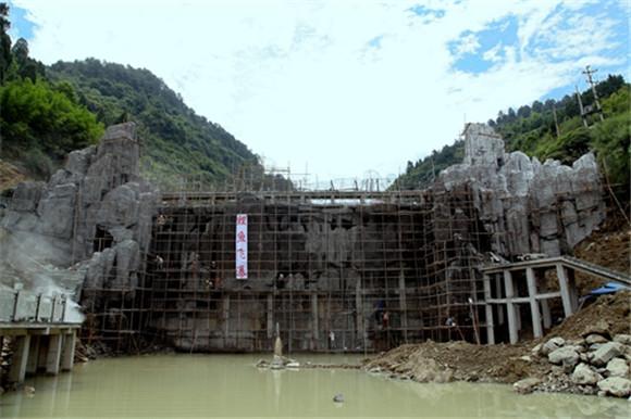 万盛板辽湖鲤鱼飞瀑景观主体工程完工