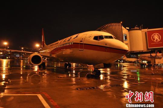 延误飞机回到机场。 吕俊明 摄