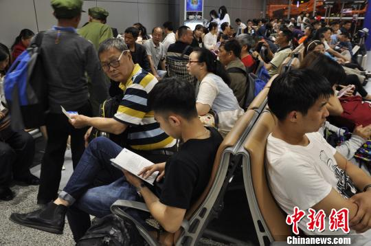 机场旅客滞留现象。 吕俊明 摄