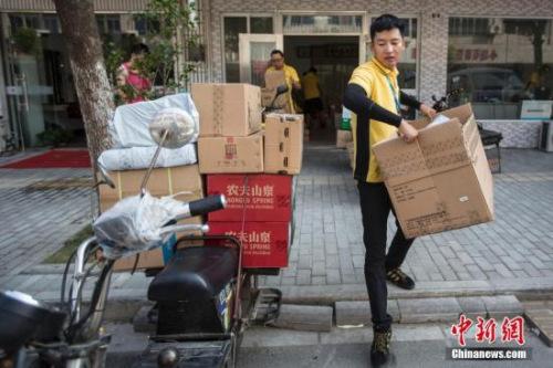 2016年7月,南京一名快递员在低温气象送货。中新社记者 泱波 摄