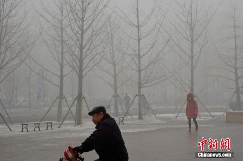 资料图:天津重度雾霾再现。中新社记者 佟郁 摄