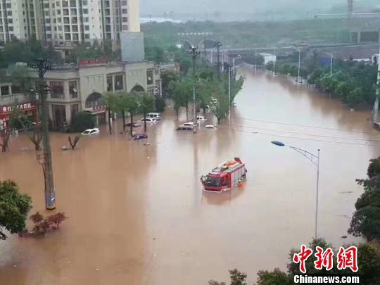 图为一辆救援车被困水中。 钟欣 摄