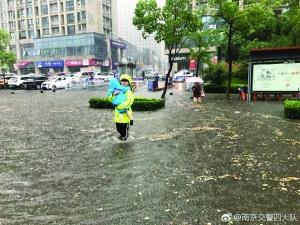 """暴雨中的坚守让人感动 图片来自 """"南京交警四大队""""微博"""
