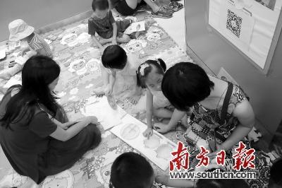参加活动的家长向孩子讲解性教育绘本故事。南方日报记者 符超军 摄