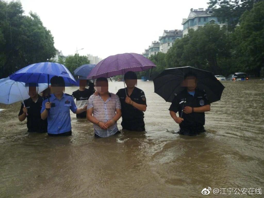 南京遇史上最大暴雨 警方为何仍带嫌犯指认现场