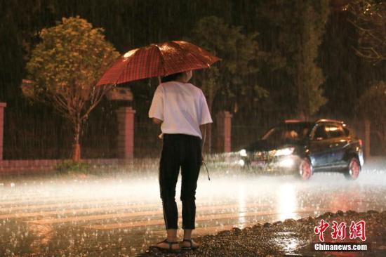 """南方多地本周将持续强降雨 台风""""苗柏""""今登陆广东"""