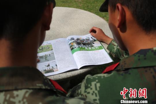 图为武警西藏总队后勤仓库青年官兵互相督促学习、共同进步。 余文彬 摄
