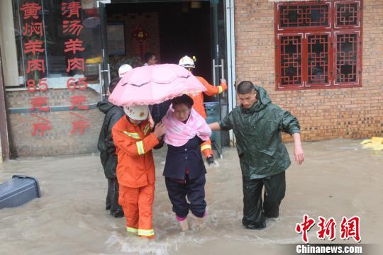 图为消防救济职员救济受灾市平易近。 李远江 摄