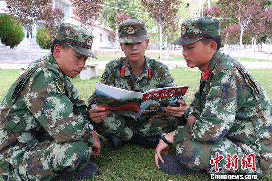 图为武警西藏总队后勤仓库青年官兵利用训练间隙读书学习。 余文彬 摄