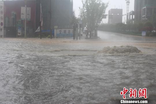 图为贵州威宁途径被雨水吞没。 李远江 摄