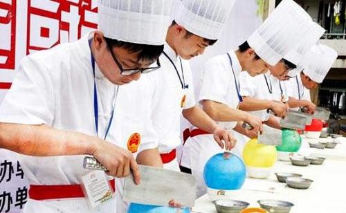 厨师们表演气球上切肉丝(图片来源:欧联网)