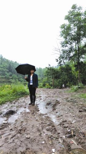一场暴雨,让刘素梅当年出钱修的公路变得泥泞