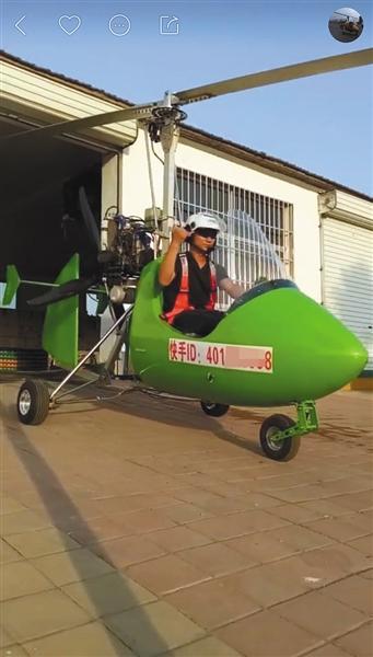 """飞天少将""""展示的旋翼机,全身绿色,发动机裸露在外,机身还标有快手ID。"""