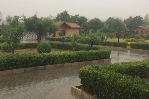 今天早晨,门头沟气象局附近出现降雨,路面湿滑。(图片来源:气象北京)