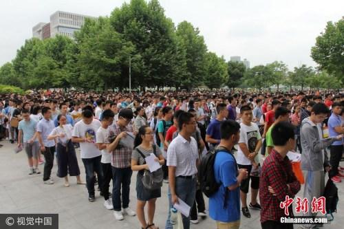 6月11日,湖北武汉,武汉理工年夜学自立招生考察在南湖校区举办,数千名考生加入了口试。数千名考生加上送考家长,科场后人头攒动。 图片起源:视觉中国