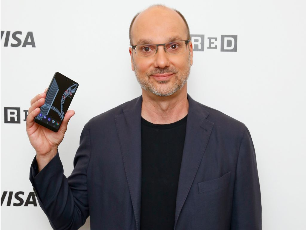 图为Rubin以及他的Essential Phone。
