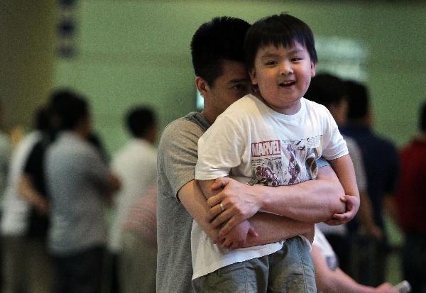 傅海峰与儿子。图片来源:视觉中国