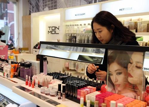 资料图:韩国首尔明洞化妆品购物区。 新华社记者何璐璐摄
