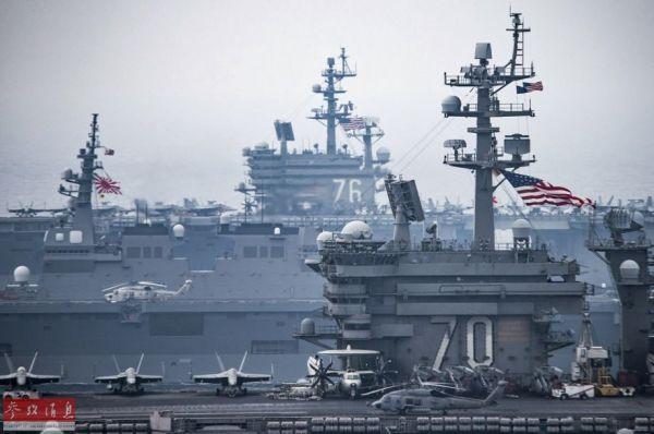 """美日在日本海联合军演,图为三航母特写照,从近至远依次为""""文森""""号、""""日向""""号和""""里根""""号。"""