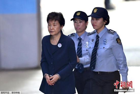 资料图:当地时间2017年5月25日,韩国首尔,韩国前总统朴槿惠被押送至首尔中央地方法院,接受第二次公审。