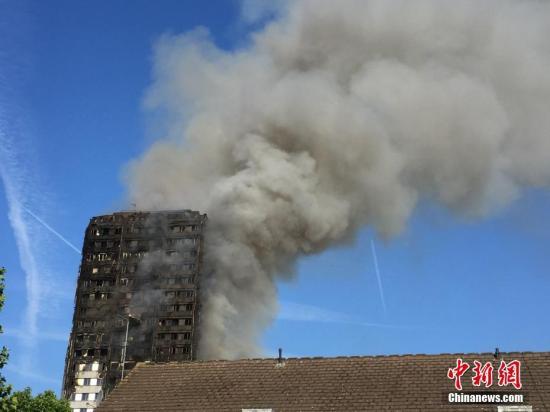 资料图:2017年6月14日凌晨,伦敦西部一栋20余层的公寓大楼发生大火,导致72人死亡。 中新社记者 周兆军 摄