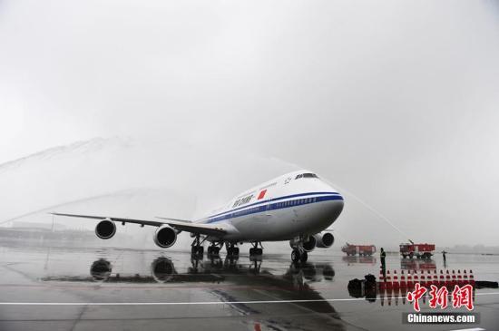 波音747-8飞机降落到成都双流国际机场
