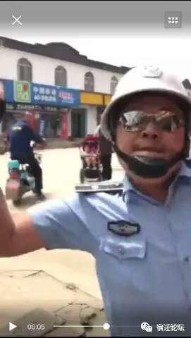 城管队员一掌打落了拍摄者手机。(视频截图)