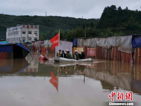 贵州威宁持续降雨致300余人被困300多台车被淹