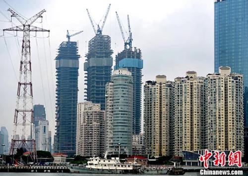 资料图:厦门房地产开发商正在建设中的高达64层的海景楼盘。 中新社记者 张斌 摄