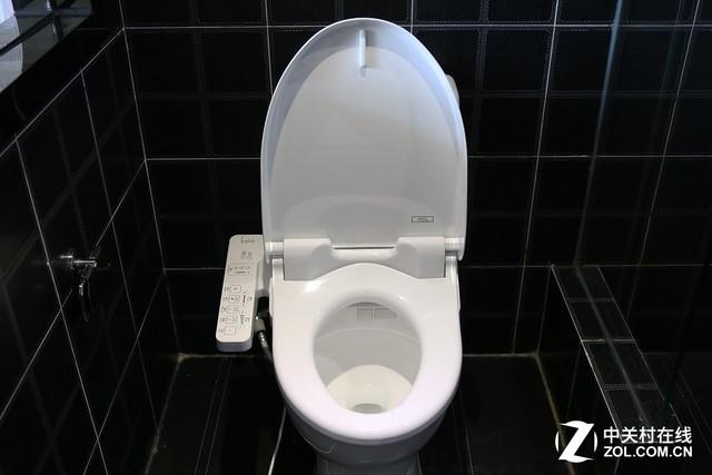 而导致美国人对智能马桶盖如此偏见的原因也很尴尬,虽然美国人持有智能马桶盖的专利,但实际上带有冲洗功能的坐便器早在18世纪的欧洲就已经开始流行。18世纪的一位法国家具商发明了这种套装,一个普通的马桶用来上厕所,另一个独立于马桶带有喷水冲洗功能的坐浴器。但这一产品大使用于欧洲的妓院,再加上英美等国家对法国人享乐主义的偏见,导致他们认为来自来自法国的这款产品同样充满了腐化的道德败坏,并彻底厌恶智能马桶盖这种产品。 直至今日 美国用户依然对智能马桶盖不感兴趣
