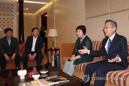 6月15日下午,在印度新德里,韩国总统特使郑东采(右一)会见韩国特派记者。(图片来源:韩联社)