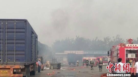消防队员在火灾现场紧张扑救。 孟捷 摄