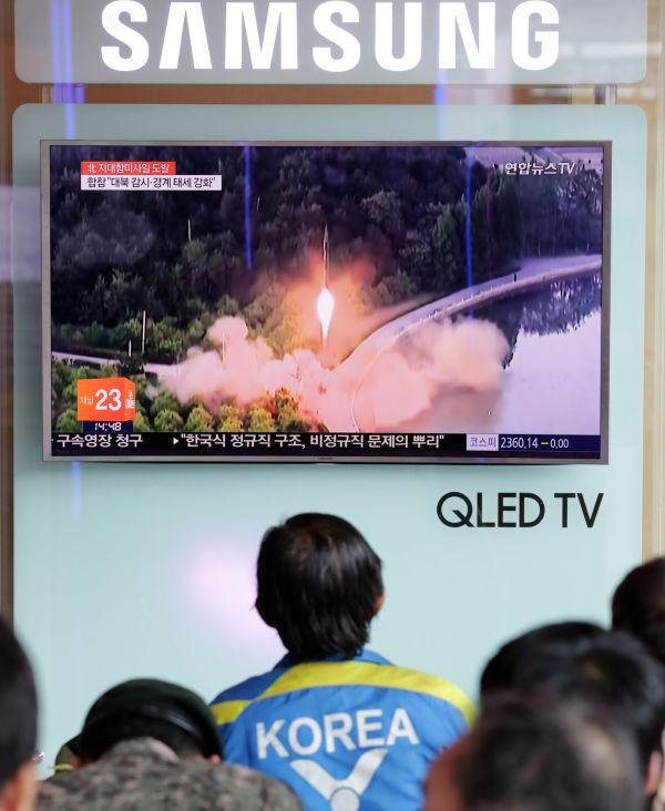 6月8日,在韩国首尔火车站,韩国民众观看相关新闻。韩国军方8日称,朝鲜当天早晨向朝鲜半岛东部海域方向试射多枚飞行物,推测为地对舰导弹。新华社发(李相浩摄)