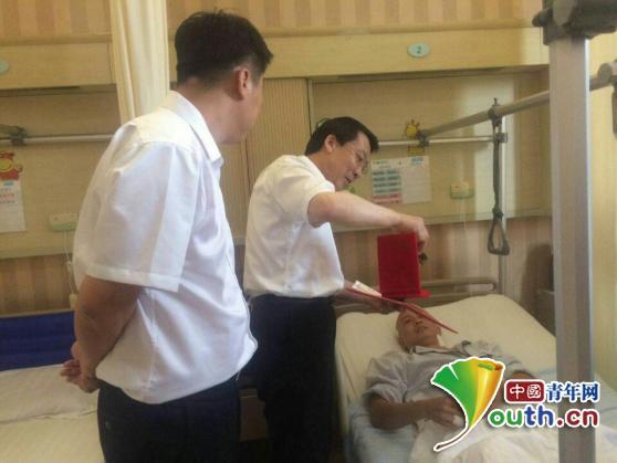 吴富钟在病床上接受民政部门为其颁发的见义勇为证书。图片由本人提供