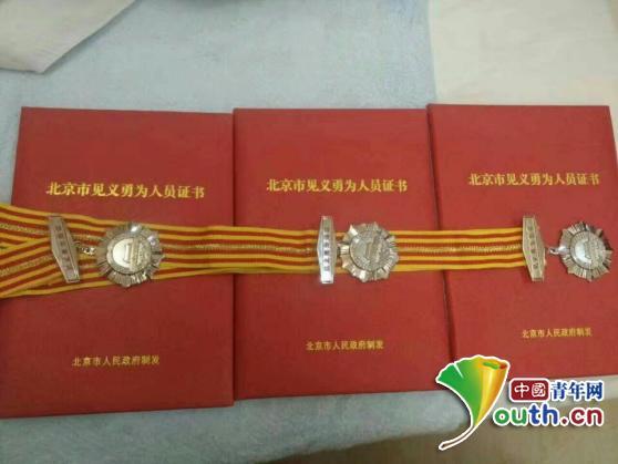 吴富钟一家获颁见义勇为证书。图片由本人提供