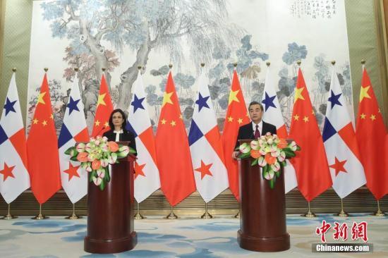 6月13日,中国外交部长王毅在北京与巴拿马副总统兼外长德圣马洛举行会谈。会谈后,两国外长签署了《中华人民共和国和巴拿马共和国关于建立外交关系的联合公报》。王毅与德圣马洛会谈后共见记者。中新社记者 盛佳鹏 摄