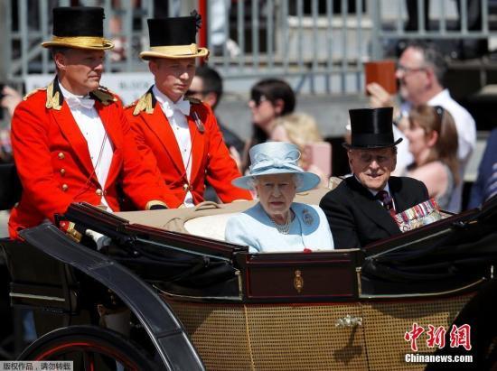 当地时间6月17日,英国伦敦举行盛大皇家阅兵仪式,庆祝英女王伊丽莎白二世91岁的官方生日。图为英国女王夫妇观看阅兵式。
