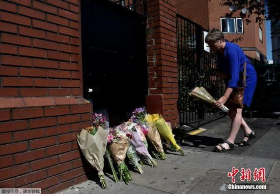 当地时间6月19日,英国伦敦民众献花悼念伦敦货车撞人事件遇难者。