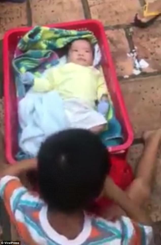 母亲抛下两亲生儿子,6岁哥哥却守着弟弟不愿离去