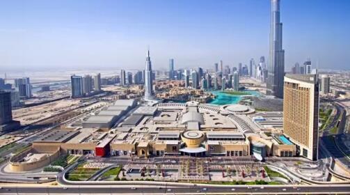 旅行团当天解散的地点:全球最大的购物中心DUBAI MALL,右后方是世界第一高楼哈利法塔。资料图