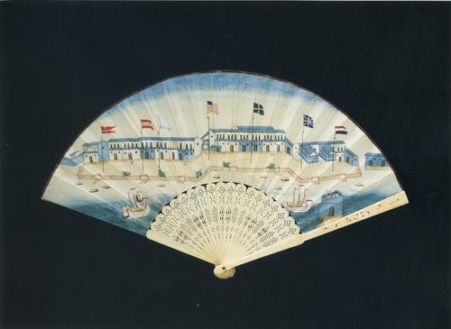 绘有十三行商馆的象牙纸扇。